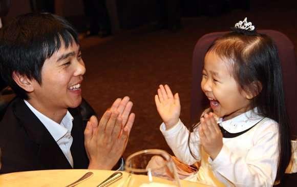 Lee-Sedol-and-daughter-1
